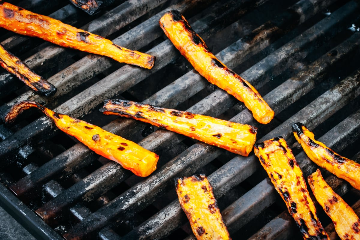 charred carrots on the grill